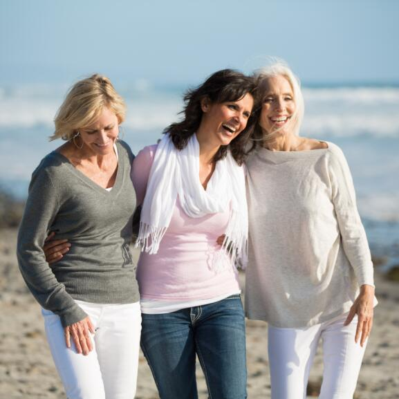 AD_LIFE-MOMENTS_WOMEN-FRIENDS-WALKING-ON-BEACH_LARGE_2021