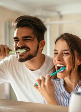 OC_ImageStock_Couple_Happy_Brusing_Teeth_Smile_2017