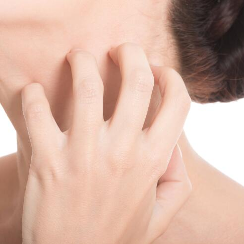 AD_ATOPIE_WOMAN-SCRATCHING-NECK_LARGE_2021