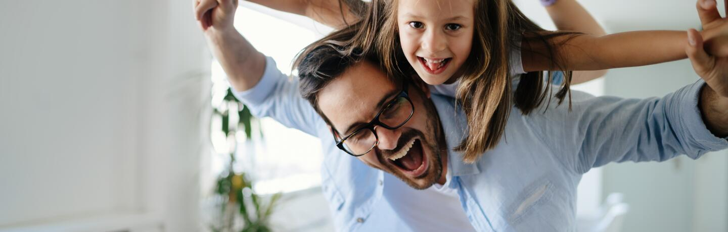 OC_FATHER_DAUGHTER_SMILE_LAUGHING_ADOBESTOCK_2019_45683