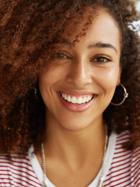 OC_YOUNG_WOMAN_SMILE_HAPPY_SHUTTERSTOCK_1042917214
