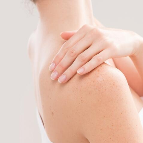 AD_PAINFUL-SKIN_WOMAN-HAND-SHOULDER_LARGE_2021