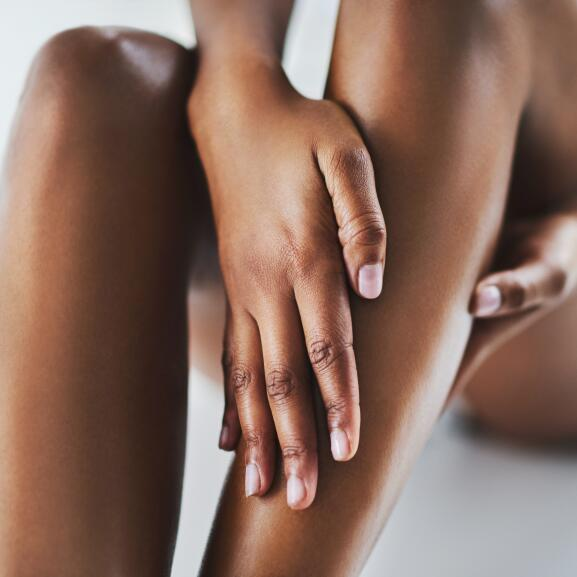 AD_NUTRITION_WOMAN-APPLYING-CREAM-LEGS_LARGE_2021