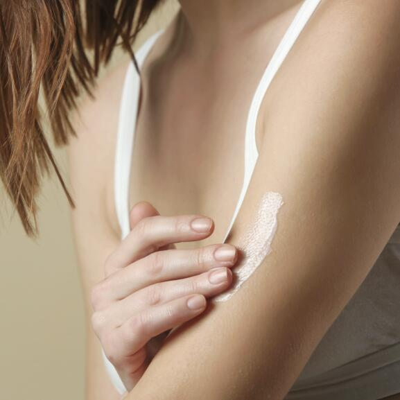 AD_NUTRITION_WOMAN-APPLYING-CREAM-ARMS_LARGE_2021