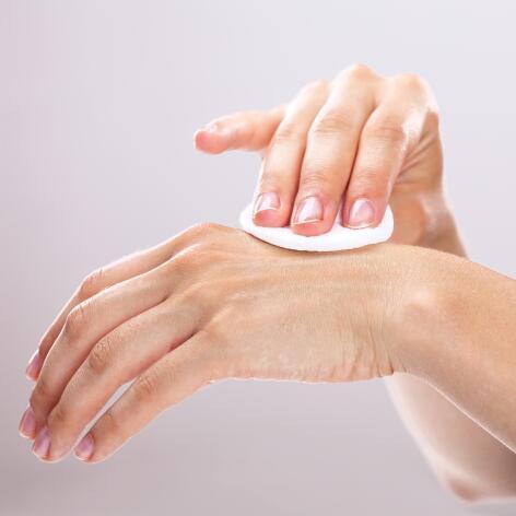 av_peau-cancer_mains_coton_application-produit_1x1