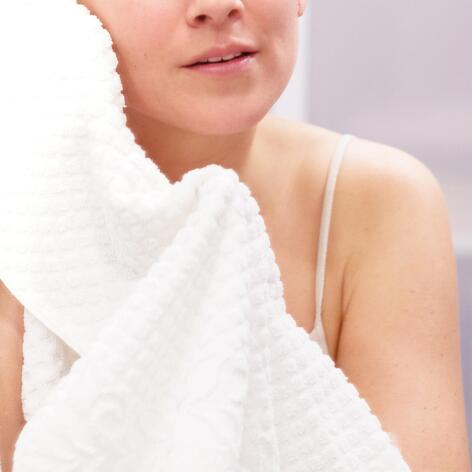 av_peau-cancer_femme_salle-de-bain_serviette_visage_1x1