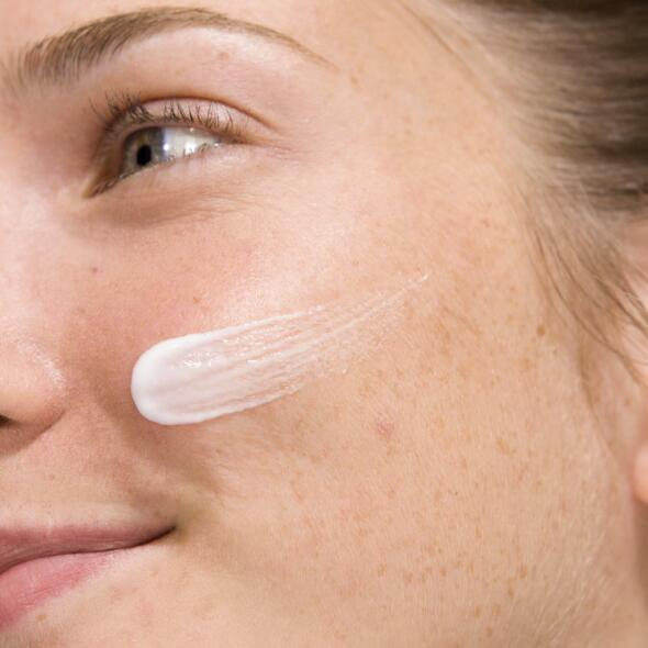 av_carnets-experts_peau-mixte_application-soin-visage_1x1