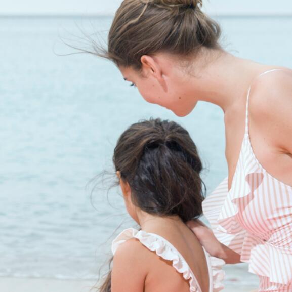 av_solaires_proteger_femme_enfant_plage_1x1
