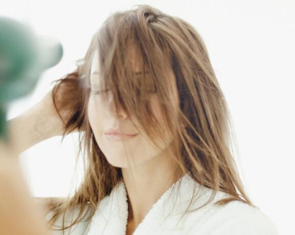 RF_Expert-dossier_Dry-hair_Blow-Dry-Woman_Copyright-free (2)