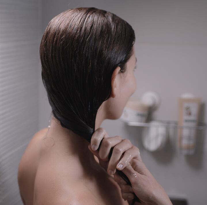 KL_HAIR_CUPUACU_Picture_Women_Shower_2020