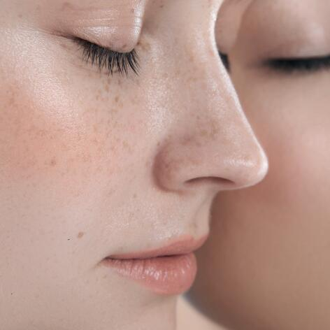 AD_ROSACEA_WOMEN-EYES-CLOSED_SQUARE_2021
