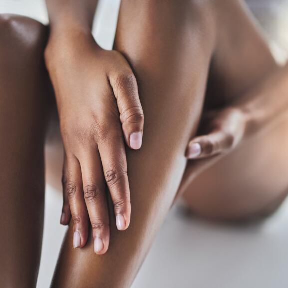 AD_NUTRITION_WOMAN-APPLYING-CREAM-LEGS_SQUARE_2021