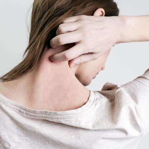 AD_ATOPIC-SKIN_WOMAN-SCRATCHING-ITCHING-NECK_LARGE_2021