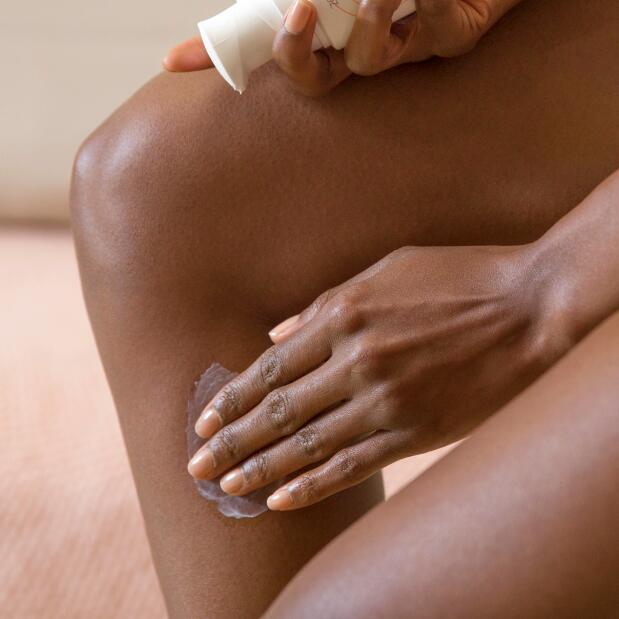 av_eczema-psoriasis_jambes_peau-seche_application-creme_1x1