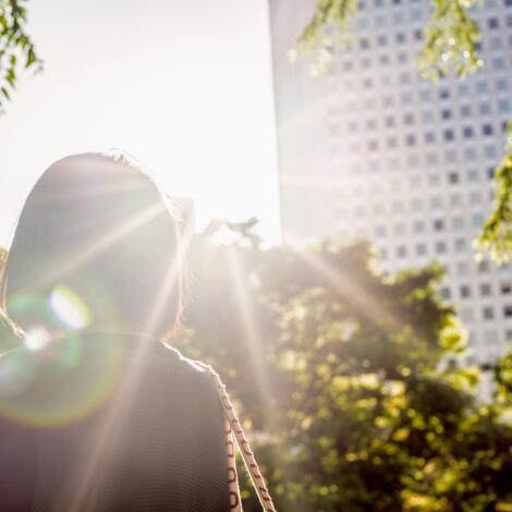 av_solaires_ville_femme_1x1
