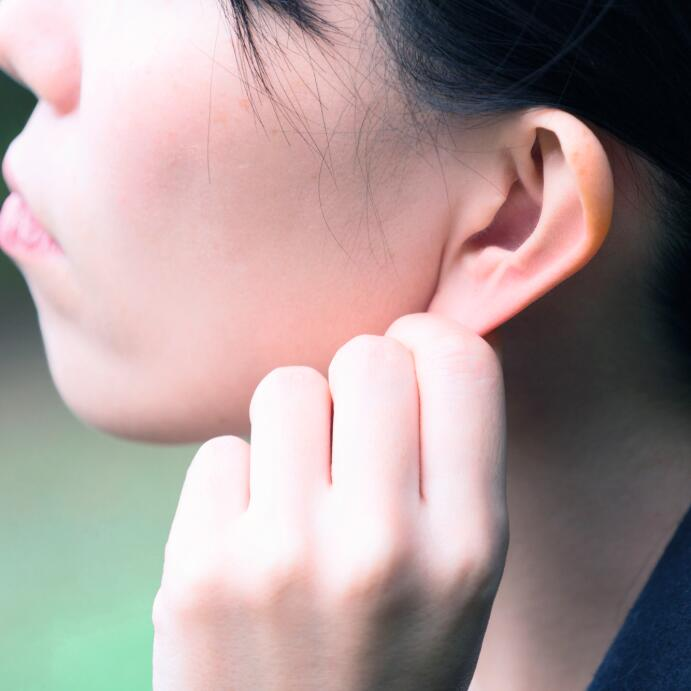 AD_IRRITATIONS_WOMAN-EAR_LARGE_2021