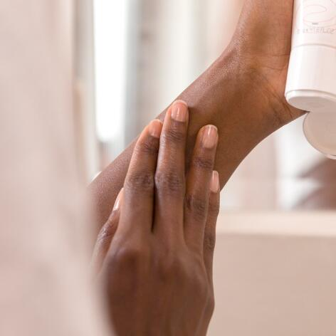 av_eczema-psoriasis_application_creme_produit_bras_1x1_v1